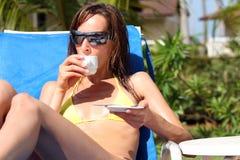 πίνοντας γυναίκα cappuccino Στοκ εικόνα με δικαίωμα ελεύθερης χρήσης