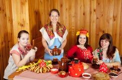 πίνοντας γυναίκες τσαγιού Στοκ φωτογραφίες με δικαίωμα ελεύθερης χρήσης
