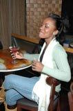 πίνοντας ευτυχής γυναίκα στοκ φωτογραφία με δικαίωμα ελεύθερης χρήσης