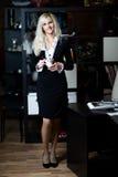 πίνοντας ευτυχής γυναίκ&alph Στοκ εικόνα με δικαίωμα ελεύθερης χρήσης