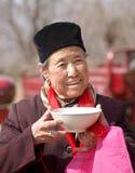 πίνοντας ηλικιωμένη γυναίκα ύδατος Στοκ Φωτογραφίες