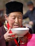 πίνοντας ηλικιωμένη γυναίκα ύδατος Στοκ Εικόνες