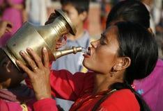 πίνοντας ιερό ύδωρ Στοκ Εικόνες