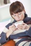 πίνοντας καυτή γυναίκα τσ&a στοκ εικόνα