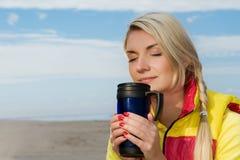 πίνοντας καυτή γυναίκα τσ&a στοκ φωτογραφίες