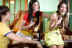 πίνοντας κορίτσια δύο αγ&omicro Στοκ Εικόνα