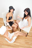 πίνοντας κορίτσια φίλων Στοκ φωτογραφία με δικαίωμα ελεύθερης χρήσης