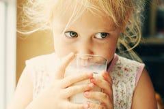 πίνοντας κορίτσι λίγο γάλα Στοκ Φωτογραφία