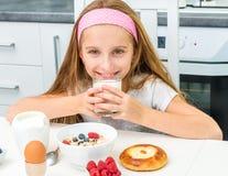 πίνοντας κορίτσι λίγο γάλα Στοκ Φωτογραφίες