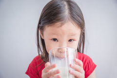 πίνοντας κορίτσι λίγο γάλα Στοκ φωτογραφία με δικαίωμα ελεύθερης χρήσης