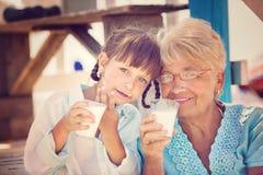 πίνοντας κορίτσι λίγο γάλ&alp Στοκ εικόνα με δικαίωμα ελεύθερης χρήσης