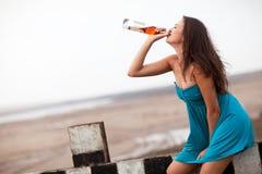 πίνοντας κορίτσι αλκοόλη& Στοκ Φωτογραφία