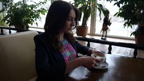 πίνοντας κορίτσι καφέ απόθεμα βίντεο