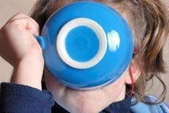 πίνοντας κορίτσι κύπελλω&n Στοκ Εικόνες
