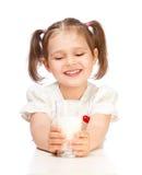 πίνοντας κορίτσι λίγο γάλα Στοκ Εικόνες