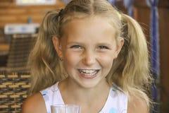 πίνοντας κορίτσι λίγο γάλ&alp Στοκ Εικόνα