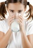 πίνοντας κορίτσι λίγο γάλ&alp Στοκ Φωτογραφία