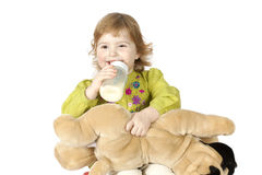 πίνοντας κορίτσι μπουκαλιών λίγο γάλα Στοκ φωτογραφίες με δικαίωμα ελεύθερης χρήσης
