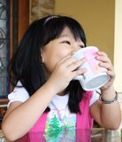 πίνοντας κορίτσι Στοκ φωτογραφίες με δικαίωμα ελεύθερης χρήσης
