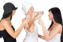 πίνοντας κρασί φίλων Στοκ Φωτογραφίες