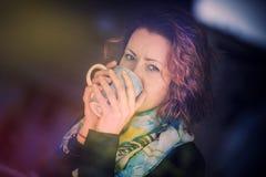 πίνοντας νεολαίες γυνα&io στοκ εικόνες