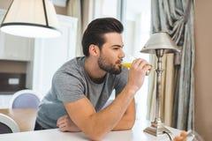 πίνοντας πορτοκάλι ατόμων &ch στοκ φωτογραφία