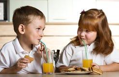 πίνοντας πορτοκάλι χυμού Στοκ εικόνες με δικαίωμα ελεύθερης χρήσης