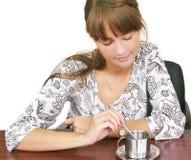 πίνοντας που απομονώνεται κορίτσι καφέ Στοκ Φωτογραφία