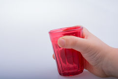 Πίνοντας τα γυαλιά του κόκκινου χρώματος υπό εξέταση Στοκ φωτογραφία με δικαίωμα ελεύθερης χρήσης