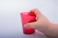 Πίνοντας τα γυαλιά του κόκκινου χρώματος υπό εξέταση Στοκ εικόνες με δικαίωμα ελεύθερης χρήσης