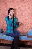 πίνοντας τηλεφωνικός ομι&l Στοκ εικόνες με δικαίωμα ελεύθερης χρήσης