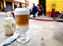 Πίνοντας τον καφέ έξω στην πόλη στοκ εικόνες