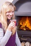 πίνοντας τσάι κοριτσιών στοκ φωτογραφία με δικαίωμα ελεύθερης χρήσης