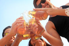 πίνοντας φίλοι μπύρας Στοκ Εικόνα