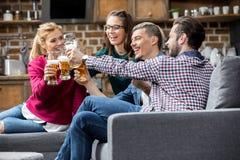 πίνοντας φίλοι μπύρας Στοκ Φωτογραφίες