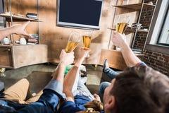 πίνοντας φίλοι μπύρας Στοκ Εικόνες