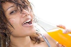 πίνοντας χυμός κοριτσιών στοκ φωτογραφία