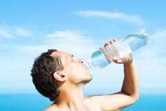πίνοντας ύδωρ ατόμων Στοκ Φωτογραφίες