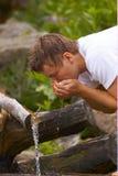 πίνοντας ύδωρ ρευμάτων Στοκ Φωτογραφίες
