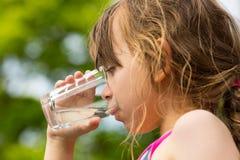 πίνοντας ύδωρ κοριτσιών Στοκ εικόνες με δικαίωμα ελεύθερης χρήσης