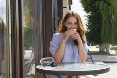 πίνοντας frappe γυναίκα Στοκ φωτογραφίες με δικαίωμα ελεύθερης χρήσης