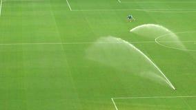 Πίσσα ποδοσφαίρου που ποτίζεται μετά από την αντιστοιχία, συντήρηση της χλόης σταδίων, σε αργή κίνηση απόθεμα βίντεο