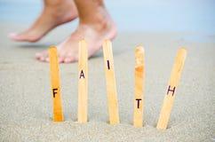 Πίστη στην παραλία. στοκ φωτογραφίες με δικαίωμα ελεύθερης χρήσης