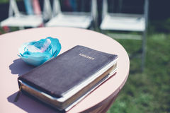 πίστη Χριστιανών βιβλίων Βίβλων ιερό σημαντικό που του οι περισσότεροι αντιπροσωπεύουν στοκ εικόνα