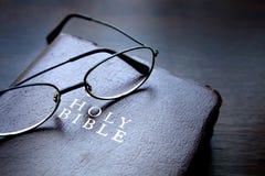πίστη Χριστιανών βιβλίων Βίβλων ιερό σημαντικό που του οι περισσότεροι αντιπροσωπεύουν Στοκ Εικόνες