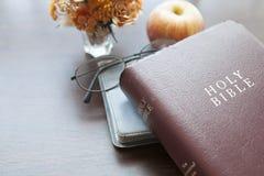 πίστη Χριστιανών βιβλίων Βίβλων ιερό σημαντικό που του οι περισσότεροι αντιπροσωπεύουν Στοκ Φωτογραφία