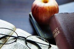 πίστη Χριστιανών βιβλίων Βίβλων ιερό σημαντικό που του οι περισσότεροι αντιπροσωπεύουν στοκ εικόνες με δικαίωμα ελεύθερης χρήσης
