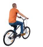 Πίσω άποψη ενός ατόμου με ένα ποδήλατο Στοκ Φωτογραφίες