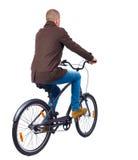 Πίσω άποψη ενός ατόμου με ένα ποδήλατο Στοκ φωτογραφία με δικαίωμα ελεύθερης χρήσης