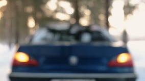 Πίσω άποψη θαμπάδων του αυτοκινήτου στο χειμερινό δάσος με το συναγερμό που ενεργοποιείται απόθεμα βίντεο